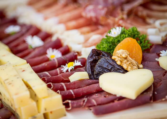 Apéro-Platten mit Trockenfleisch und Alpkäse